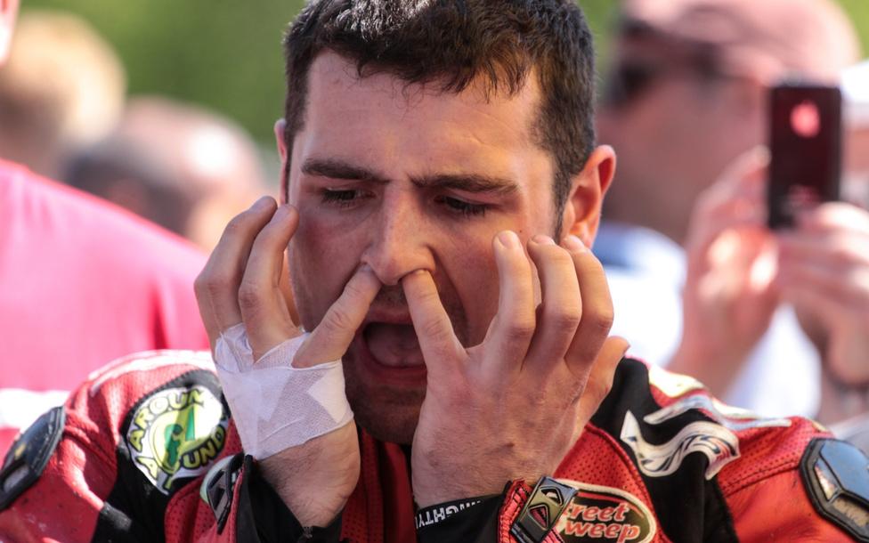Michael Dunlop alaposan megtisztítja a légutakat a Senior TT rajtját megelőzően.