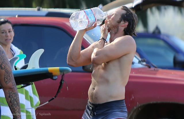 Jason Lewis tisztálkodik szörfözés után
