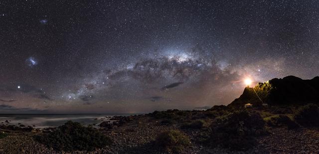 Mark Gee ausztrál fotós nyerte a fődíjat, Jelzőfény a csillagoknak (Guiding light to the Stars) című képével.