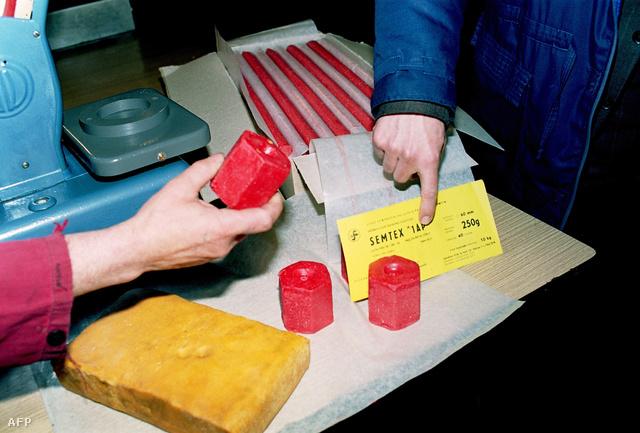Piros Semtex robbanóanyagkockák az akkor még csehszlovák Syntesia vegyiüzem bemutatóján 1990-ben