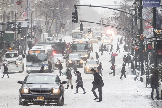 Káosz alakult ki a New York-i közlekedésben, több ezer repülőjáratot töröltek csütörtök óta, de a belváros utcáit is vastag hó borítja helyenként.