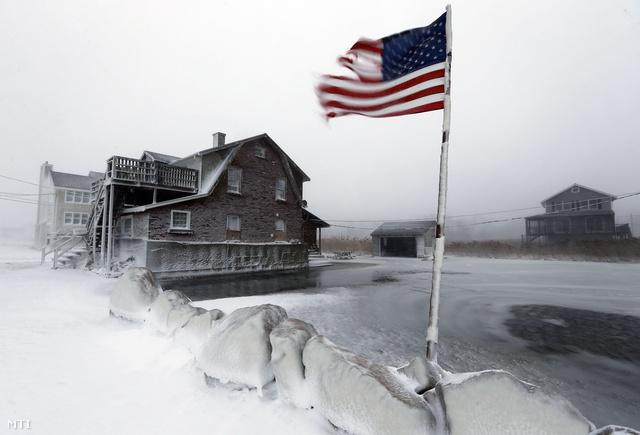 Az amerikai Középnyugattól Új-Angliáig az elkövetkező néhány napban újabb hideghullámra készülnek, amelynek következményei a mostani viharénál is súlyosabbak lehetnek. A mínusz 18 fokos vagy annál is keményebb fagy és a mintegy 30 centiméteres hó az előrejelzések szerint mintegy 140 millió amerikai életét fogja megkeseríteni.