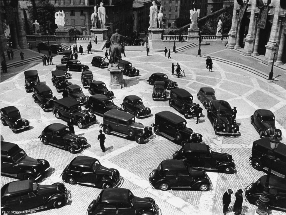 A fasiszta birodalom negyedik évfordulóján a Piazza del Campidoglio-t ellepték a fekete autók.