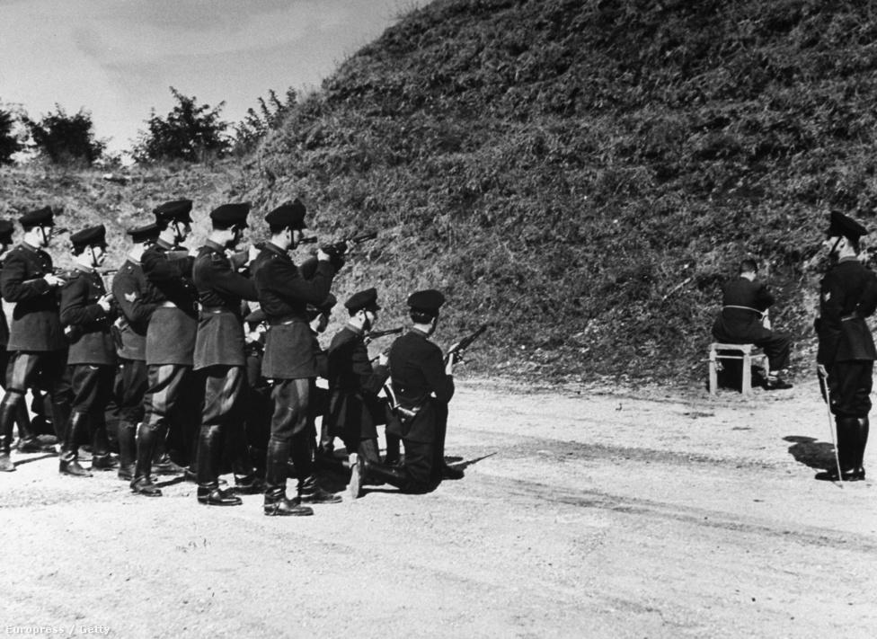 Az olasz fasiszta rendőrség vezetője, Pietro Caruso várja kivégzését a székben ülve. Az olasz hadjárat végére Benito Mussolini megadta magát, német segítséggel ugyan megmenekült, két évig bujkált. Az olasz partizánok 1945 áprilisában kapták el és végezték ki.