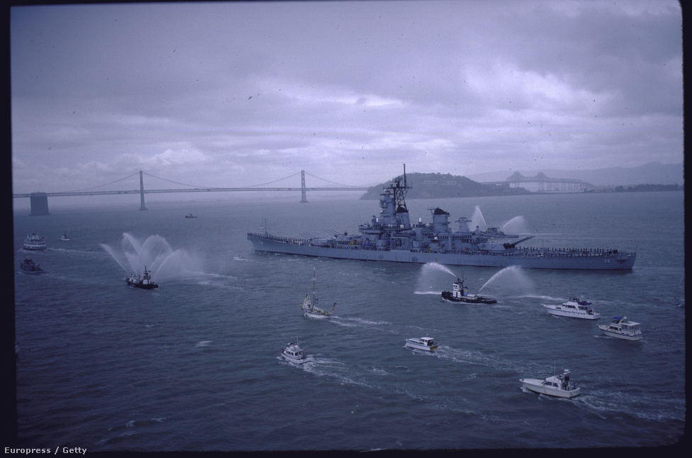 A híres csatahajó, amelynek nagy történelmi pillanatainál Mydans is ott volt, 1986-ban vonult nyugdíjba San Fransiscóban. A még ekkor is aktív Mydans természetesen ezt is megörökítette.