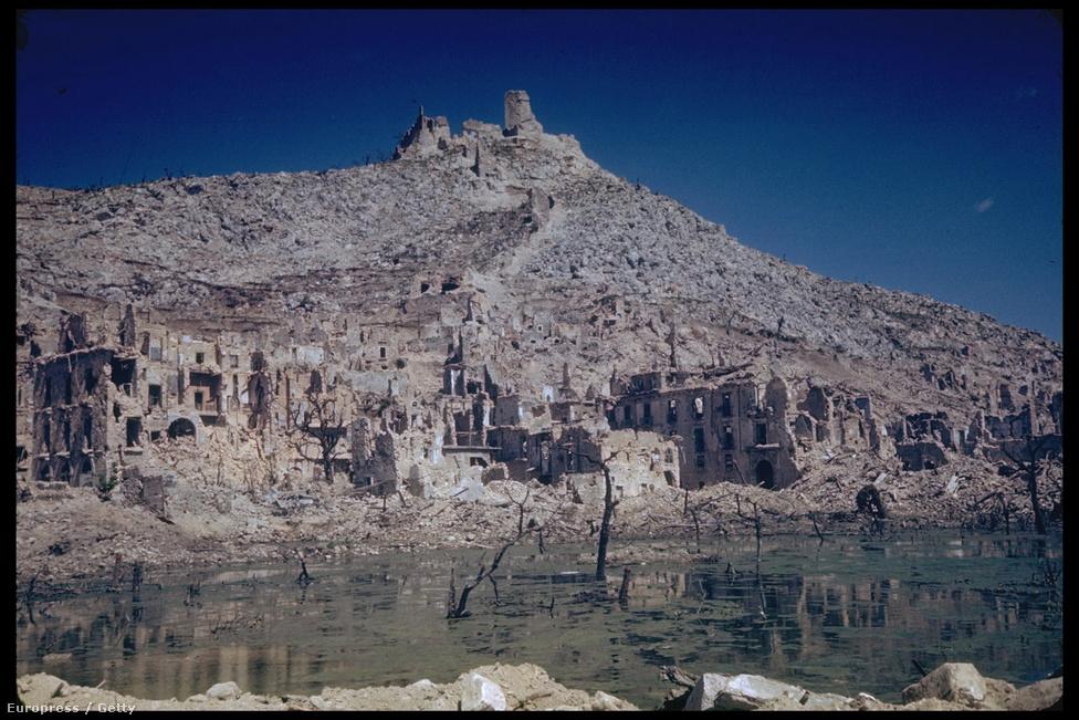 A Monte Cassinó-i monostor, élt 529 és 1944 között. Február 15-én bombázták le a várost, a kolostor teljesen megsemmisült, csak a kripta maradt meg. A hegy és környéke hosszú ideig tartó szörnyű harcok színterévé vált.