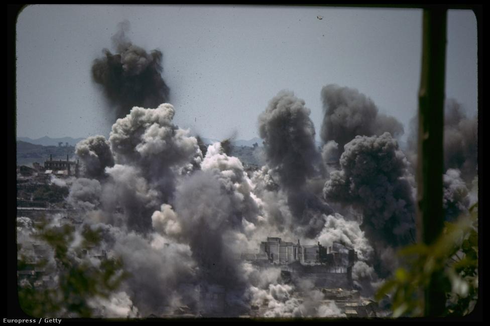 Csungking bombázása Mydans egyik leghíresebb munkája, hasonlóan Paul Schutzer Ivo Dzsimás, robbanós képéhez. A japánok keményen bombázták az akkori kínai fővárost, bár a nagy köd miatt csak nyáron tudtak pontosan célozni. Ez a kép 1941 júliusában készült.