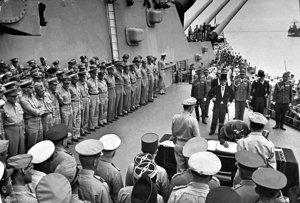 A Missouri az amerikaiak utolsó és egyben legnagyobb csatahajója volt, itt zajlott a japán fegyverletételi ceremónia. A fekete díszruhában, cilinderben megjelenő japán politikusokat és katonákat Douglas MacArthur tábornok, a csendes-óceáni szövetséges haderő főparancsnoka fogadta.