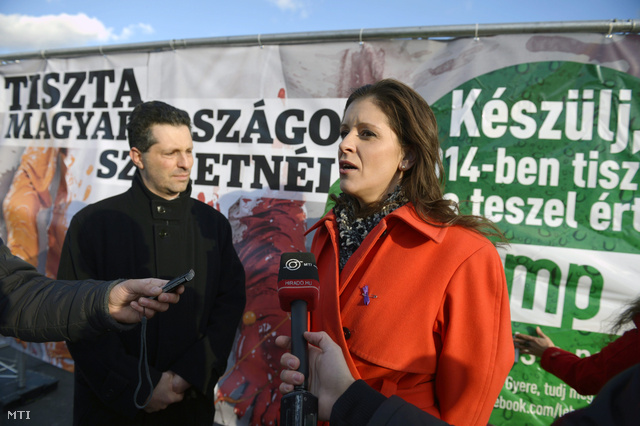 Szél Bernadett és Schiffer András, a háttérben a Tiszta Magyarországot kampány egyik plakátja
