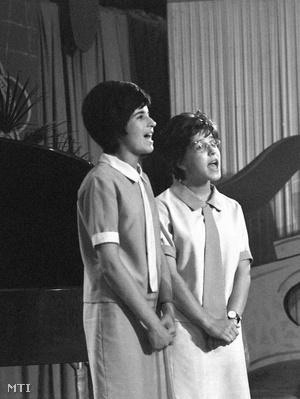 Koncz Zsuzsa és Gergely Ágnes az első Ki mit tud?-ban, 1962. június 24-én. Ebből a fotóból készült az MTVA plakátja.