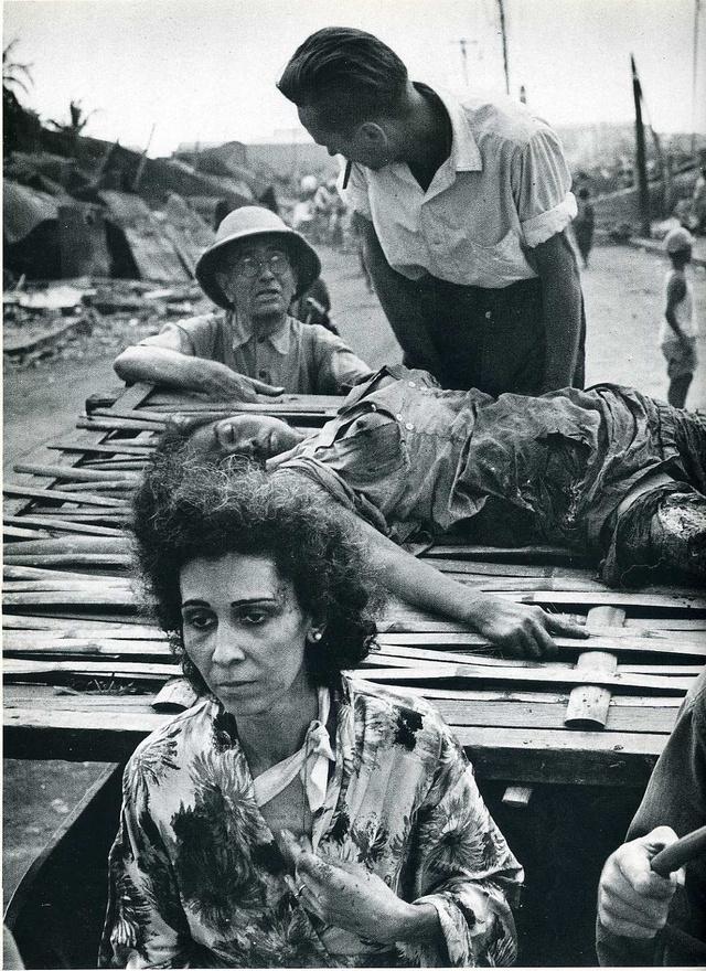 A második világháborúban Japán és Amerika marakodott a Fülöp-szigeteken:  1945 februárjában több mint 100 ezer civil áldozattal jár a pusztítás. Varsó után Manila szenvedett a legtöbbet: a képen egy sebesült nőt szállítanak az elsősegélyhez.