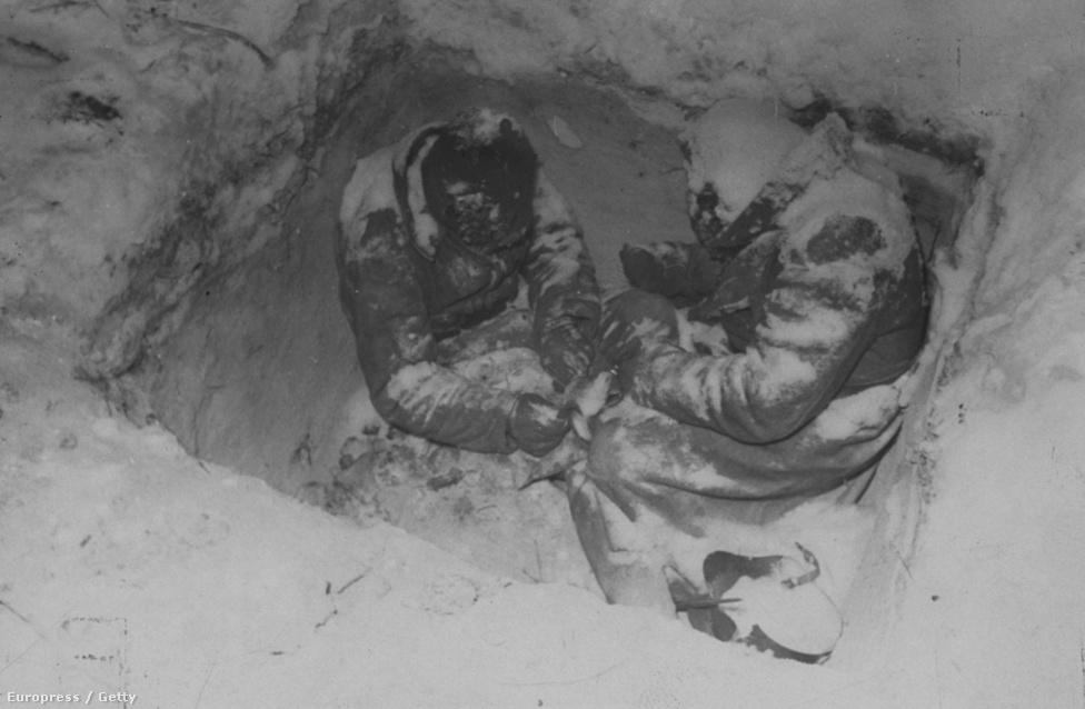 """A téli háború 1939 és 1940 telén zajlott, és arról híres, hogy a maroknyi alulképzett finn katonaállomány képes volt szembeszállni a szovjet """"agyaglábú óriással"""". Óriási vereséget szenvedett az orosz sereg,  a képen látható orosz katonák megfagytak a lövészárokban, sajnos már nem élték meg a márciusi békekötést. Ez volt Mydans első fegyveres konfliktusa, ahol fotósként dolgozott."""