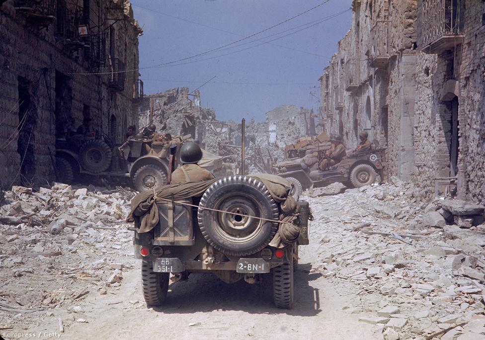 1943 júliusában 150 ezer amerika és brit katona, 3 ezer hajó, hatszáz tank és 4 ezer repülőgép érkezett Szicíliába. Hat hét alatt kiűzték a németeket a szigetről, úgyhogy megindultak a olasz szárazföld ellen. Így kezdődött a 20 hónapon át tartó kegyetlen olasz hadjárat. A képen egy dzsip halad át egy felismerhetetlenségig lerombolt olasz kisvároson 1944 májusában, majdnem egy évvel a partraszállás után.