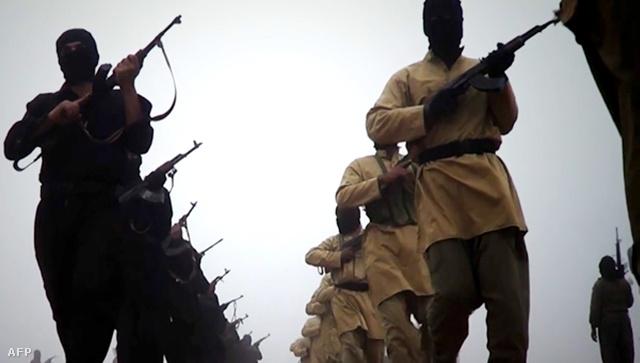Az ISIL által közreadott videó egy képkockáján feltételezhetően a milícia fegyveresei gyakorlatoznak