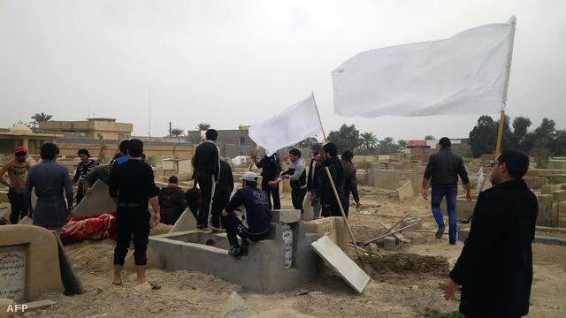 Fehér zászlókat lengetve temetik egy, a hétvégi harcokban meghalt rokonukat ramadi lakosok Irakban