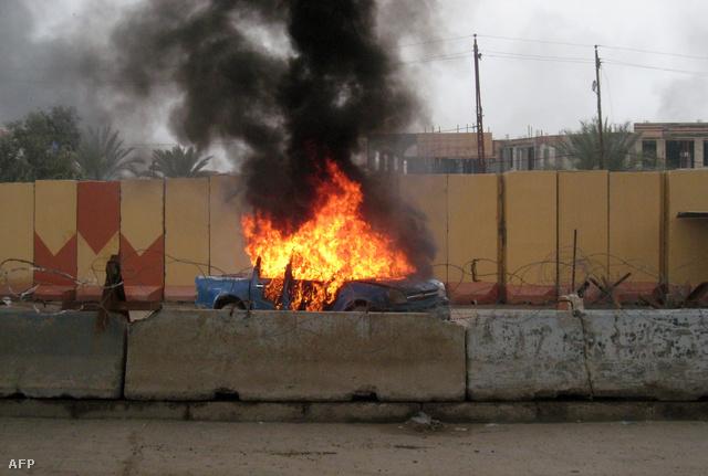 Lángoló rendőrautó Fallúdzsa nyugati részében