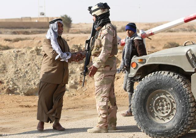 Fallúdzsából menekülő szunnita férfi ráz kezet egy iraki katonával Falludzsa határában