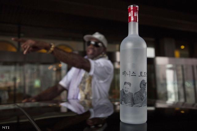 Kim Dzsongun és Dennis Rodman közös képe egy Észak-koreai prémium vodka üvegén