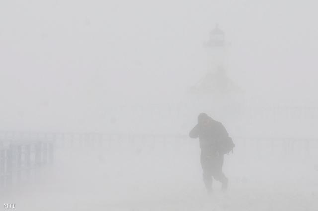 Egy ember sétál a ködben, január 8-án