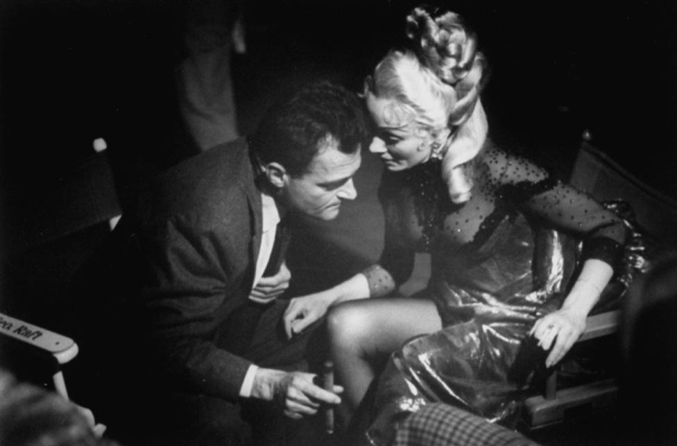 Ismét egy filmforgatás: itt a producer Michael Todd beszélget Marlene Dietrich színésznővel a 80 nap alatt a Föld körül forgatásán, 1955-ben. Mili több forgatáson is dolgozott, főleg a zenés filmeket szerette, mint pl  a Porgy és Bess vagy a West Side Story.