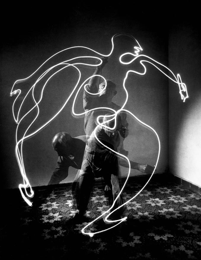 És akkor eljött 1949 nyara, Milit Franciaországba küldték Pablo Picassohoz, akinek megmutatott egy párat a korábbi mozgás- és fénytanulmányaiból, aztán rögtön ki is próbálták, hogyan működik a fényrajz. Picasso egy kis zseblámpával rajzolt a levegőbe (itt éppen egy futó alakot), Mili pedig háromszor exponált a vakujával, így a rajz mellett Picasso is rajta van a képen alkotás közben. A fotós és Picasso barátsága nagyon szoros volt, többször vendégeskedett a festőnél, fotózta a műhelyét, gyerekét, feleségét, sőt színes potrékat is készített virággal vagy éppen minotaurusz maszkkal.