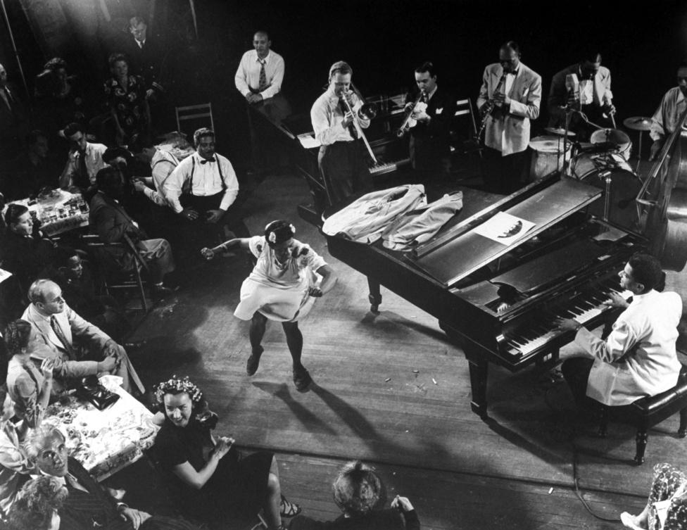 Pearl Primus előadja a Honeysukle Rose-t Mili stúdiójában. Zongorán kíséri Teddy Wilson, Lou McGarity harsonán, Bobby Hackt trombitán játszik, Sidney Catlett dobol, a basszusgitárnál John Simons. Egy ilyen jam session este 9-től egészen reggel 4-ig tartott, a mulatozók még együtt is reggeliztek: rántottát egy kis amfetaminnal.