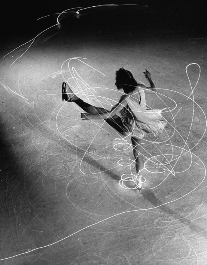 Caroly Lynne jégtáncosnő korcsolyájára szereltek egy apró zseblámpát, ennek a fénycsóvának a mozgását követte Gjon Mili, majd az egyik mozdulatnál elsütötte a vakut és bezárta a blendét: így örökítette meg a tánc ívét. A kép a New York-i Ice Show-n készült 1945-ben.
