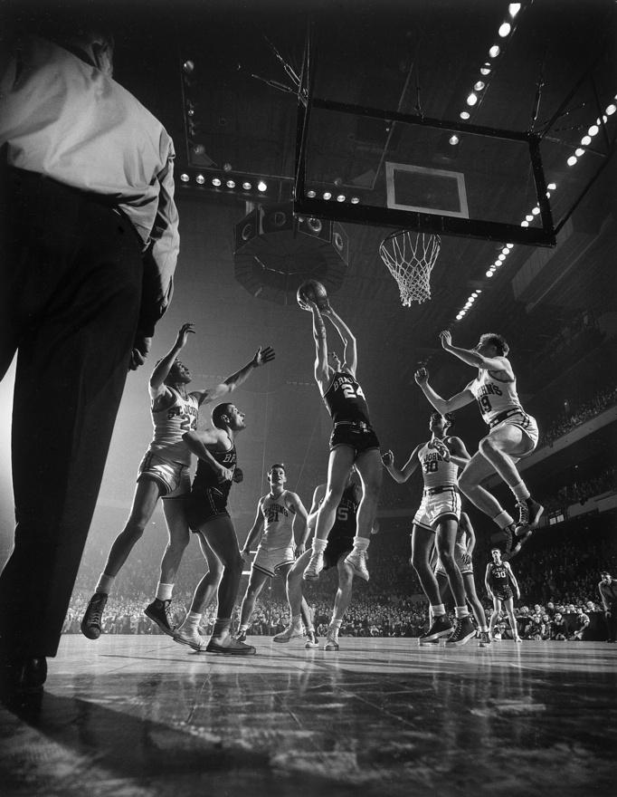 Gjon Mili imádta a mozgó emberi testeket, legyenek azok táncosok, sportolók vagy éppen színészek. A kép a Madison Square Gardenben készlt, St. John játszik Bradley ellen.
