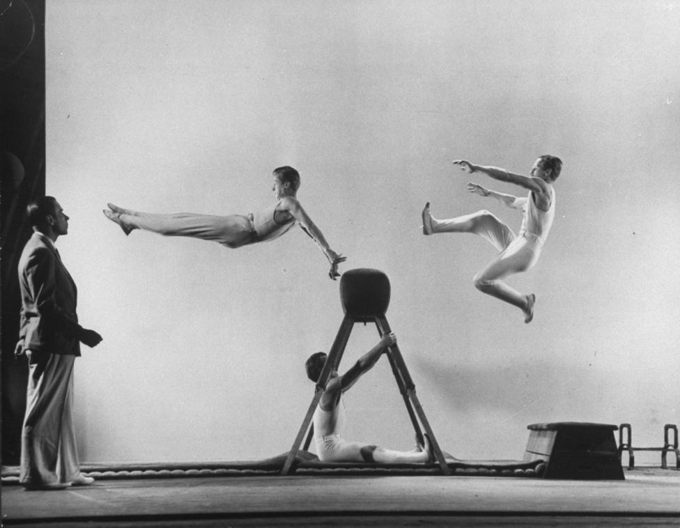 Milit nagyon érdekelte a mozgás, a tökéletesen kivitelezett, rendkívül gyors mozdulatsor. A képen a dán atléták edzője, Erik Flensted-Jensen három csapattag edzését kíséri figyelemmel.