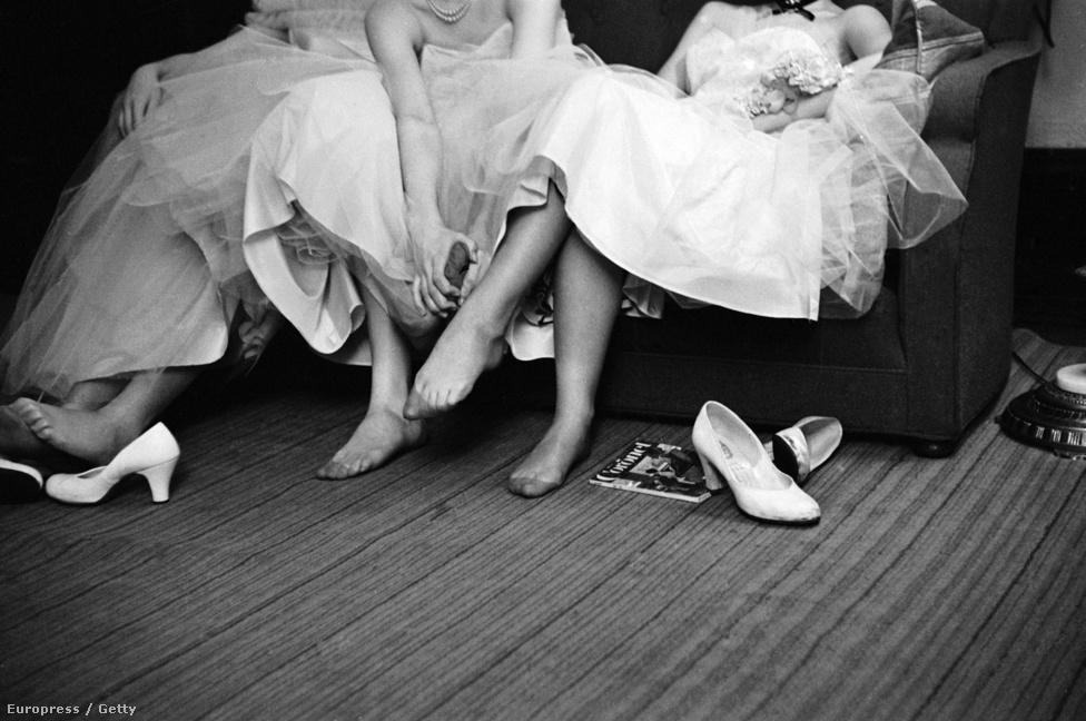 Ki lehet jelenteni, hogy Cornell Capának lábfétise volt, külön sorozatban dolgozta fel a Bolsojban balettozó lányokat, fotózott farmeros tiniket is -deréktól lefelé, kificcenő zoknival. Itt éppen tinilányok pihentetik a lábukat egy tengerészbálon.