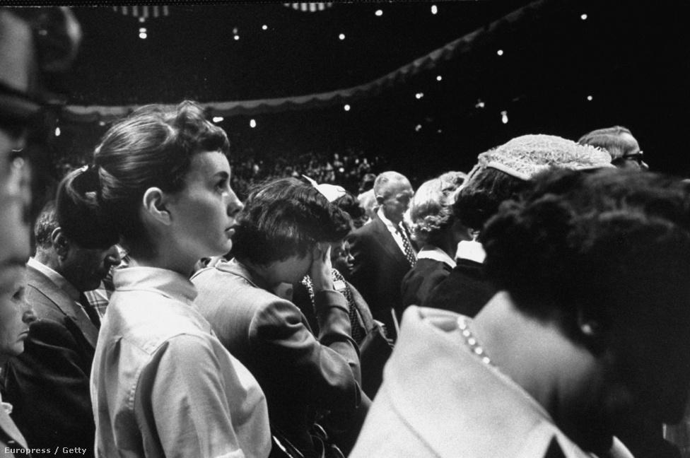 Billy Graham az Egyesült Államok legismertebb és legnépszerűbb evangelistája. A világ 158 országában adott elő, több mint 2 millió ember előtt, itt éppen 1957-ben a Madision Square Gardenben, ahol 16 napon át minden este térített.