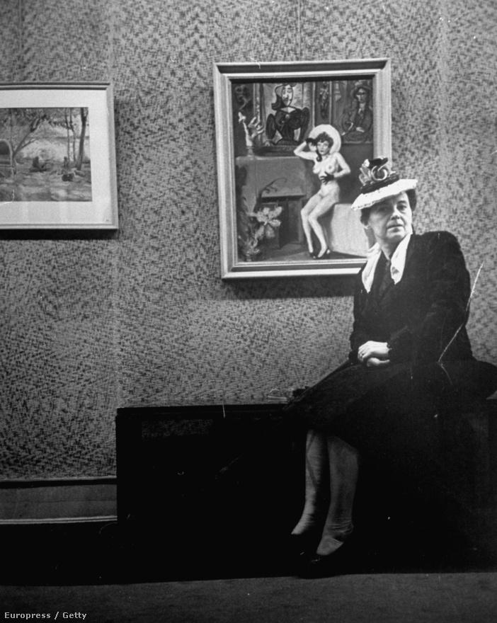 James Montgomery Flagg munkáit mindenki ismeri, csak nem tud róla: a Sam bácsis toborzóplakátohoz saját arcát használta fel. Cornell több képet is készített a művészről: lőtt portrékat, megörökítette munka közben, vagy ahogyan henyél a műtermében, és ugyanígy a kép előtt is. Itt viszont egy ismeretlen hölgy üldögél a festmény előtérben.