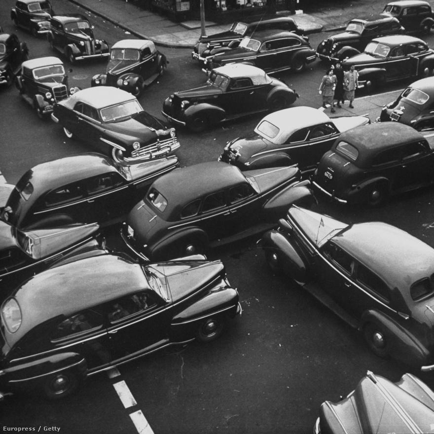 Cornell Capa egyik  leghíresebb képén  a Ford gyár hétezer munkása sorakozik fel az általuk összeállított Ford Falcon mögött. Azon csak egyetlen autó szerepel, ezen rengeteg, a háborús hősök napján minden irányban óriási a dugó.