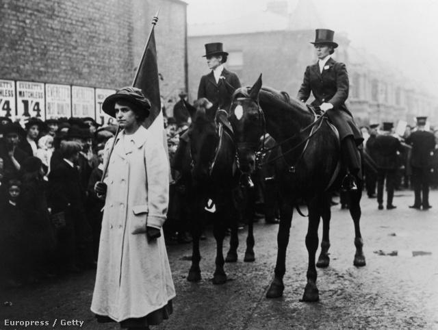 A kép tényleg londoni szüfrazsetteket ábrázol, de 1910-ben készült