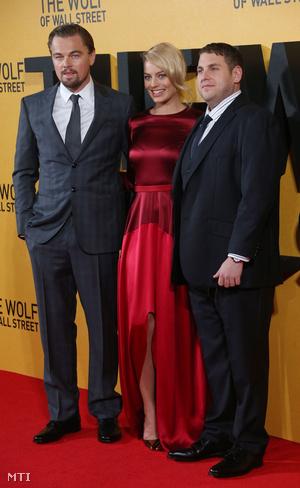 Leonardo DiCaprio, Margot Robbie és Johan Hill a film londoni premierjén.