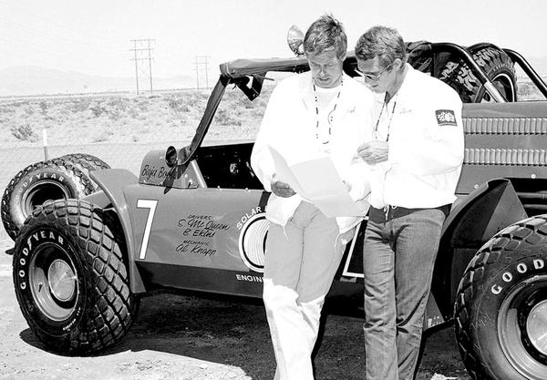 Ekins és McQueen sivatagi autoversenyeken is uíndultak együtt mit a híres Baja 1000