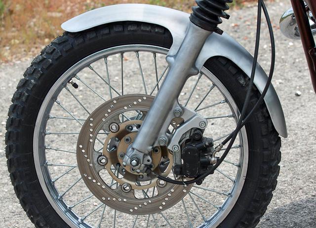 Fék-koktél GSX 1100 tárcsából és Honda CBR 600 F2 féknyeregböl, egyedi sárvédö, MZ gumiharmonikák