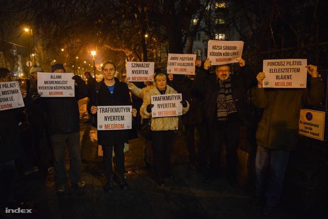 Kerényi levelét kifigurázó tüntetők a Magyar Krónika alakuló megbeszélése előtt