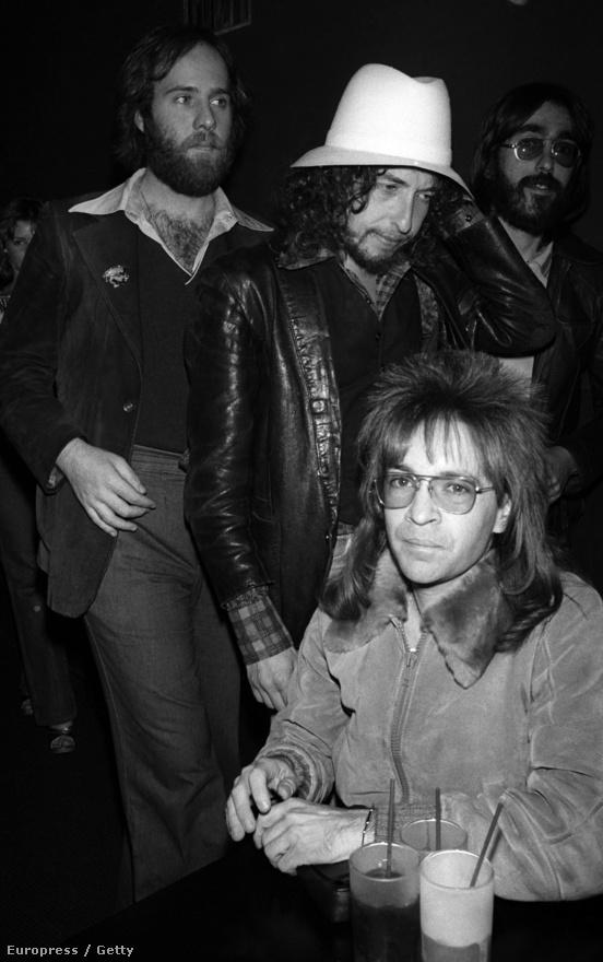 Bob Dylannek fontos szerepe volt a folk népszerűségében, majd az egész hippimozgalom létrejöttében, ezen a képen amúgy egy másik fontos figurával látható, Rodney Bingemheinerrel. Bingenheimer fontosságáról sokat elmond, hogy a Sunset Strip polgármesterének hívták és 2007-ben saját csillagot kapott a Hollywood Boulevardon. Neki és KROQ rádión sugárzott műsorának rengeteg zenekar és rajongó tartozik hálával, hiszen elsőként játszott Los Angelesben Ramonest és Sex Pistolst, és nagyon sokat segített a helyi punk színtér létrejöttében. Olyan együtteseket fedezett fel idő előtt, mint a Nirvana, a Guns 'n Roses, a Blondie, a Cure, a Blur, a Sonic Youth vagy éppen a Coldplay.