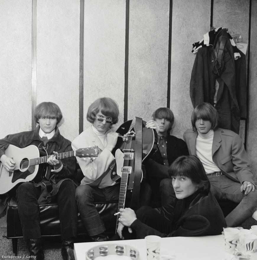 A Byrds a hippikorszak egyik előfutára volt, a helyi folk színtérből kerültek fel a Whisky színpadára. Eleinte egyszerű akusztikus folkdalokat írtak, majd az elektromos gitár népszerűségével felvettek egy basszusgitárost és új hangzásra tértek át.  A Mr. Tambourine Mannek hála országszerte ismertek lettek, a hosszú haj és az elektromos hangzás párosítása pedig létrehozta a folk rockot, ami a későbbi hippizene elődje volt. Ezután léphettek fel a Whiskyben, ahol egyébként a Doors volt az előzenekaruk, és a klub zakós-nyakkendő vendégköre lecserélődött egy csomó hosszú hajú, huszonéves egyetemistára, akik a háború ellen szeretkezéssel tiltakoztak. A Sunset Stripet ellepték a hippik, akik mind a Byrdsre, és az ő rock and rolljukra, Dylan-feldolgozásaikra voltak kíváncsiak.