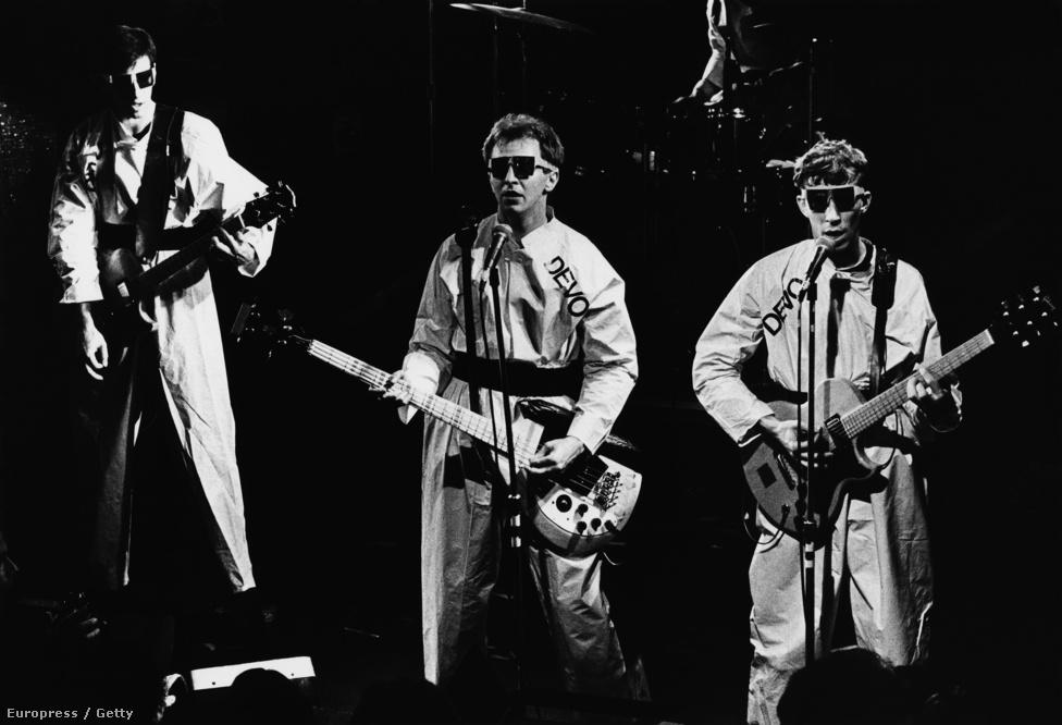 A furcsa ruhába öltözött, semmihez sem fogható zenét játszó Devo már igazi felüdülés volt a sok paraszt punkzenekar koncertje mellett. Itt maximum azért kellett aggódni, nehogy az egész beleőrüljön ebbe a new wave valamibe, és végül mindannyian őrültek házában végezzék.