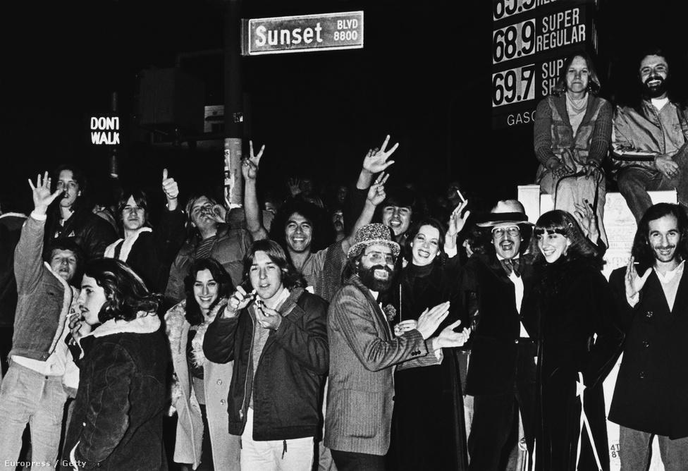 Ezen a képen látszólag mindenki nagyon boldog, pedig ebben az évben kezdtek el helyi punkzenekarok rendszeresen fellépni a Whiskyben. Állandóvá váltak a verekedések a közönségben és a színpadon is, majd ez folytatódott az utcán. Végül egy Black Flag-koncerten a rendőrség lefújta a bulit, amit nem vettek túl jó néven a rajongók és összecsaptak a hatósággal. Erre a rendőrség lezárta az egész környéket és tucatjával vitték be a renitenseket a helyi kapitányságra. A Black Flag egy időre feketelistára került a Whisky a Go-Góban.