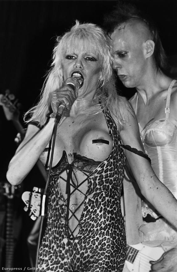 A nők sem maradhattak ki a '80-as évek feltűnősködő hedonizmusából, Wendy O. Williams személyében pedig megszületett a shock rock királynője. Mindent elmond róla, hogy 1981-ben a szervezők biztonsági okokból lemondták a fellépését arra hivatkozva, hogy a Plasmatics egy anarchista brigád. Erre pedig bármelyik amerikai punkzenekar büszke lenne. Williams színpadi jelenlétéről egyébként legendákat meséltek, a melleit mindössze két X takarta, ezen kívül alig hordott ruhát. Egészen váratlan módon volt őrült, egyik pillanatban pingponglabdákat lövöldözött a vaginájából, egy másikban country (!) dalt énekelt Lemmyvel a Motörheadből. Aztán visszavonult, hogy 1993-ban egy kést kalapáljon a szegcsontjába, de félúton meggondolta magát és túlélte az öngyilkossági kísérletet. Négy évvel később gyógyszerekkel próbálta túladagolni magát, végül egy évvel később fegyverrel végzett magával.