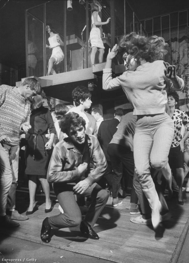 A twist mellett a watusi volt a kor rendkívül népszerű táncstílusa. Smokey Robinson, Chubby Checker, a Vibrations vagy éppen az Isley Brothers zenéje jelentette legjobb aláfestő zenét ehhez. A konzervatívabbak elborzadtak a látványtól, mondván a régi hollywoodi sztárok sem voltak szentek, de Humphrey Bogart például tudta, hogy kell stílusosan lerészegedni, majd csöndben üldögélni valami környékbeli klub dzsesszkoncertjén.
