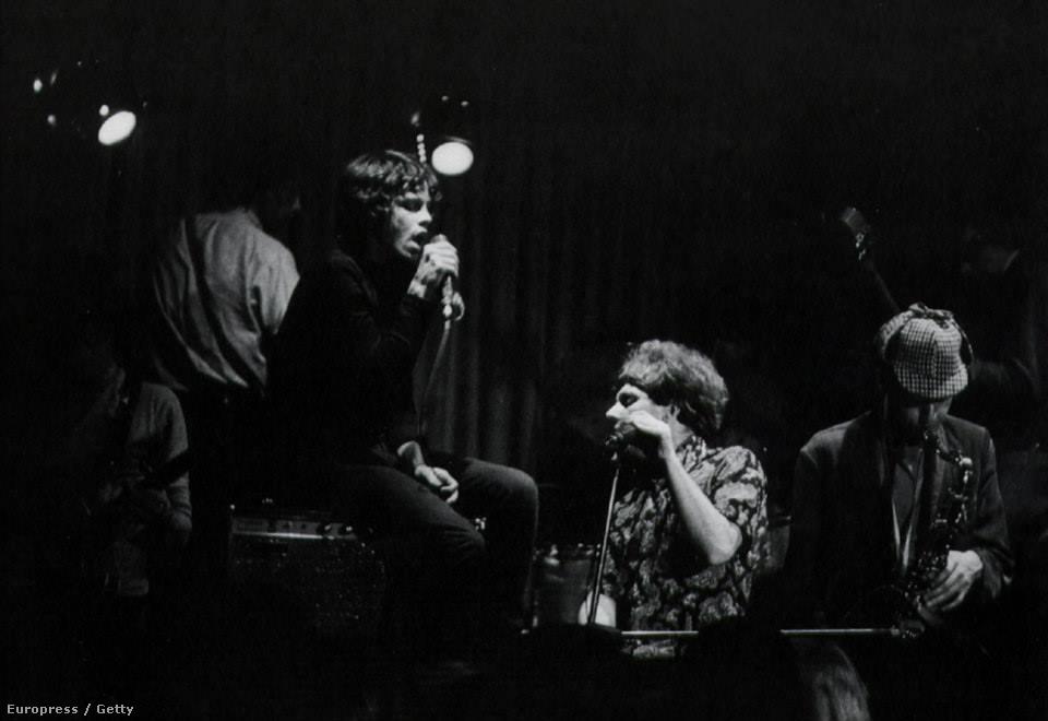 A Doors még csak egy lemezkiadóra váró feltörekvő zenekar volt, amikor a Them az Egyesült Államokban turnézott. Ők voltak a Whisky rezidens zenekara, így Jim Morrisonék játszottak Van Morrisonék előtt. Az észak-ír zenekar utolsó amerikai koncertjére egyesült a két együttes és közös jammelésbe kezdtek, 25 percesre nyújtva a Gloria című számot. John Densmore élete egyik legszebb élményeként emlékszik vissza az estére, ami után nem sokkal lemezszerződést kaptak az Elektra kiadótól. Végül azonban Jim Morrison botrányos viselkedése miatt kitiltották a Doorst a klubból, ahol soha többé nem játszottak.