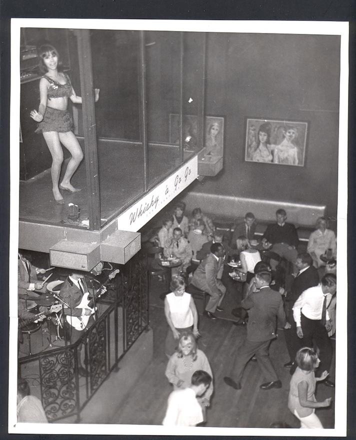 A Whisky a Go-Go gyorsan a város egyik legfelkapottabb helyévé vált, ahol jómódú zakós-nyakkendős harmincasok buliztak rock and roll zenére. Ezt sokáig nagyon nehezen emésztette meg a város és a helyi sajtó, sokan egy korszak végét látták a Whisky megnyitásában. Szép lassan Hollywood nagyjai is tiszteletüket tették a helyszínen, például Steve McQueen és Marlon Brando is rendszeres vendég volt.