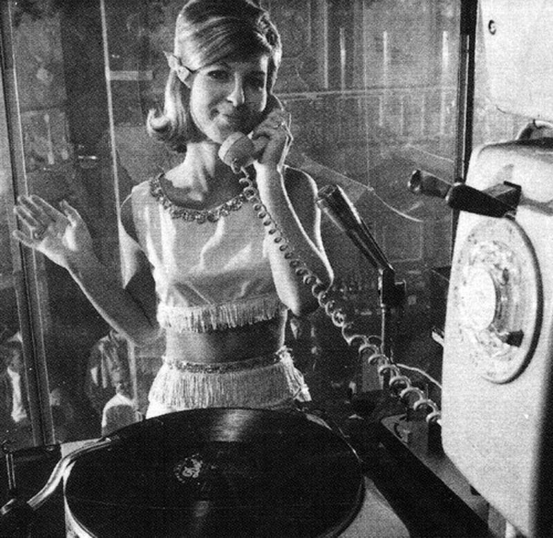 Mivel nem volt elég hely a fellépések közti szórakozást nyújtó DJ-pultnak, a tulajdonosok a tánctér fölé emelték, és egy ketrecbe zárták. Elmer Valentine versenyt hirdetett női DJ-k számára, de végül a nyertes nem jött el, így egy helyi cigarettaárus lánynak, Patty Brockhurstnek kellett beugrania. Mindenki őszinte meglepetésére a lemezek lejátszása közben egyszer csak táncra perdült, vadul ugrált és mozgatta a csípőit, úgyhogy leszerződtette a klub. Később még két ilyen ketrecet húztak fel a helyszínen, ahol más csinos lányok táncoltak a zenére, ezzel pedig megszülettek a világ első go-go táncosai.