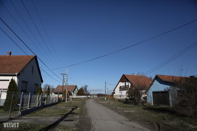 A tápiószelei ház, ahol a kétéves kislány élt a nevelőapjával és a testvéreivel
