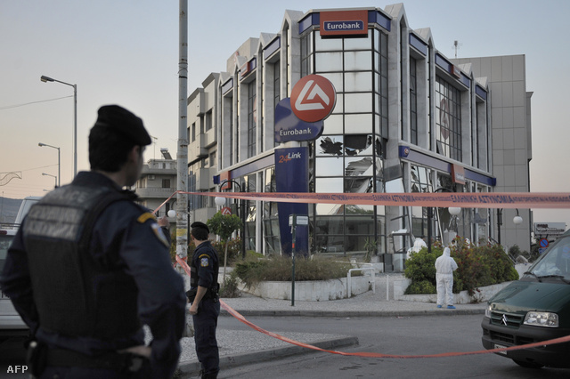 Rendőrök egy görögországi robbantás helyszínén, 2009-ben
