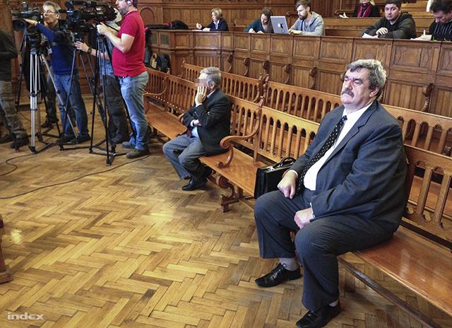 Wieszt János (j) a bíróságon